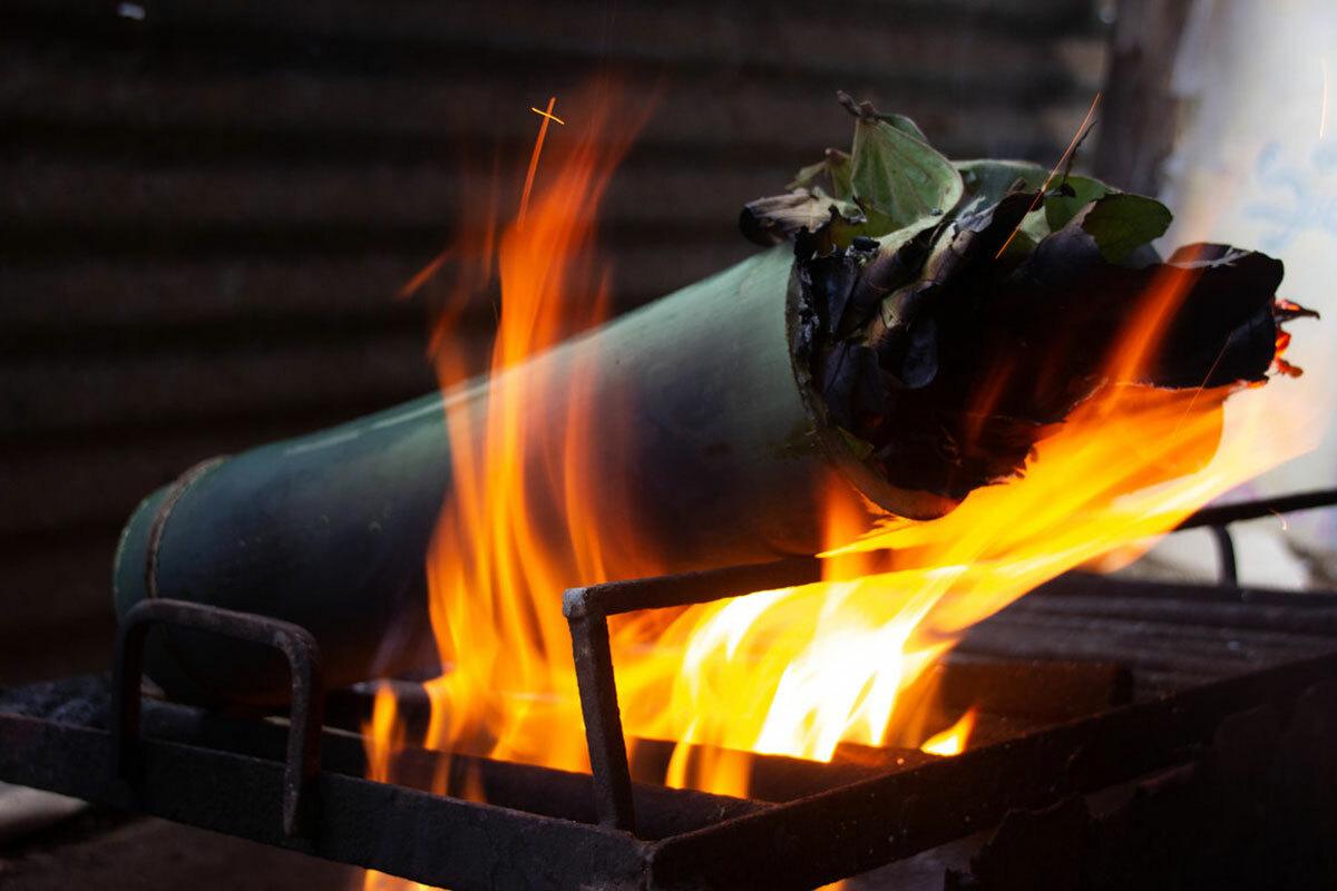 Người Adivadis phát hiện ra rằng ống tre có tác dụng như một chiếc nồi áp suất tự nhiên. Khi nướng, thân tre dày màu xanh giúp thức ăn giữ được độ ẩm, mềm và bảo vệ nó khỏi nhiệt độ cao. Ảnh: Atlas obscura.