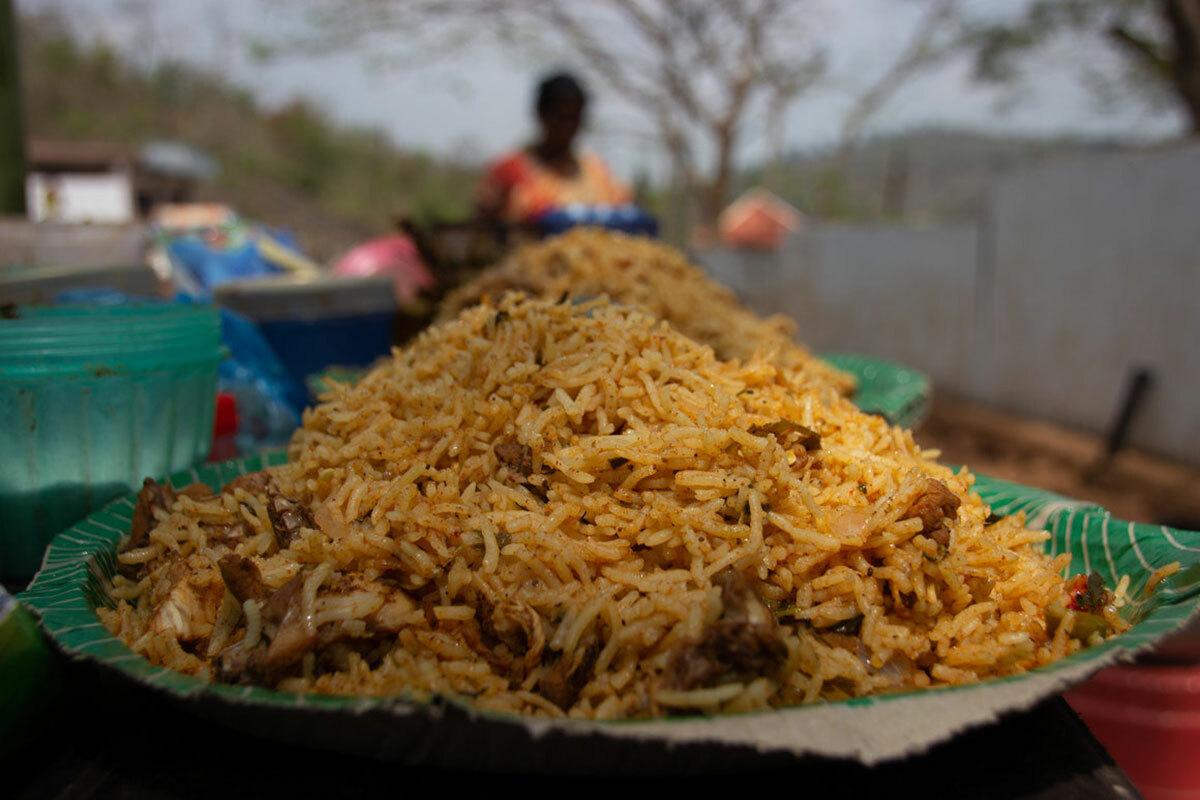 Mỗi phần gà nướng ống tre khoảng 200 g có giá 150 rupee (50.000 đồng). Ảnh: Atlas Obscura.