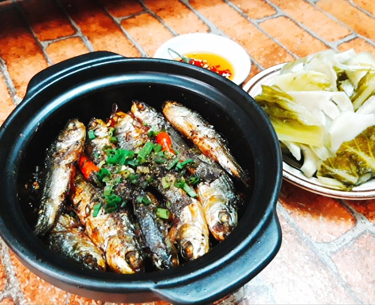 Món cá linh kho tiêu có thể ăn kèm dưa chua cho bữa cơm thêm ngon miệng.