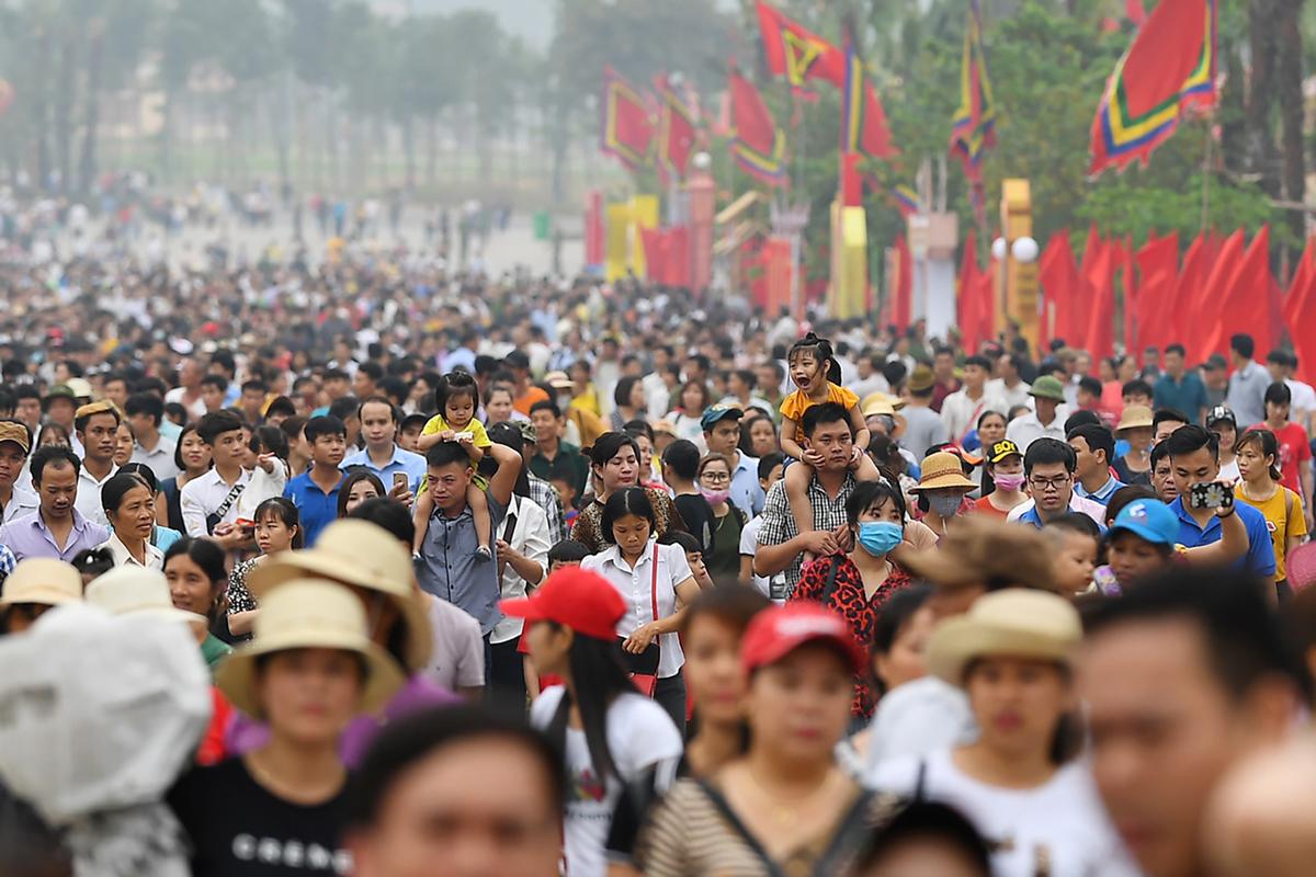 Năm 2019, trước chính hội một ngày, hàng chục nghìn du khách, người hành hương đổ về Khu di tích Lịch sử Đền Hùng. Ảnh: Giang Huy.
