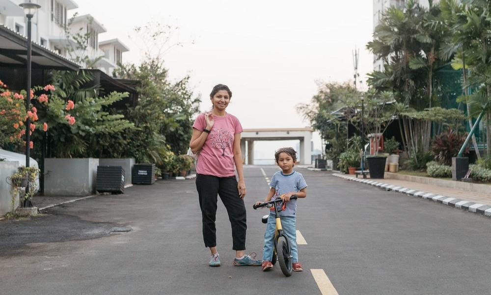 Fazila Kapasi cùng con trai ở Cosmo Park. Ảnh:Muhammad Fadli/Guardian.