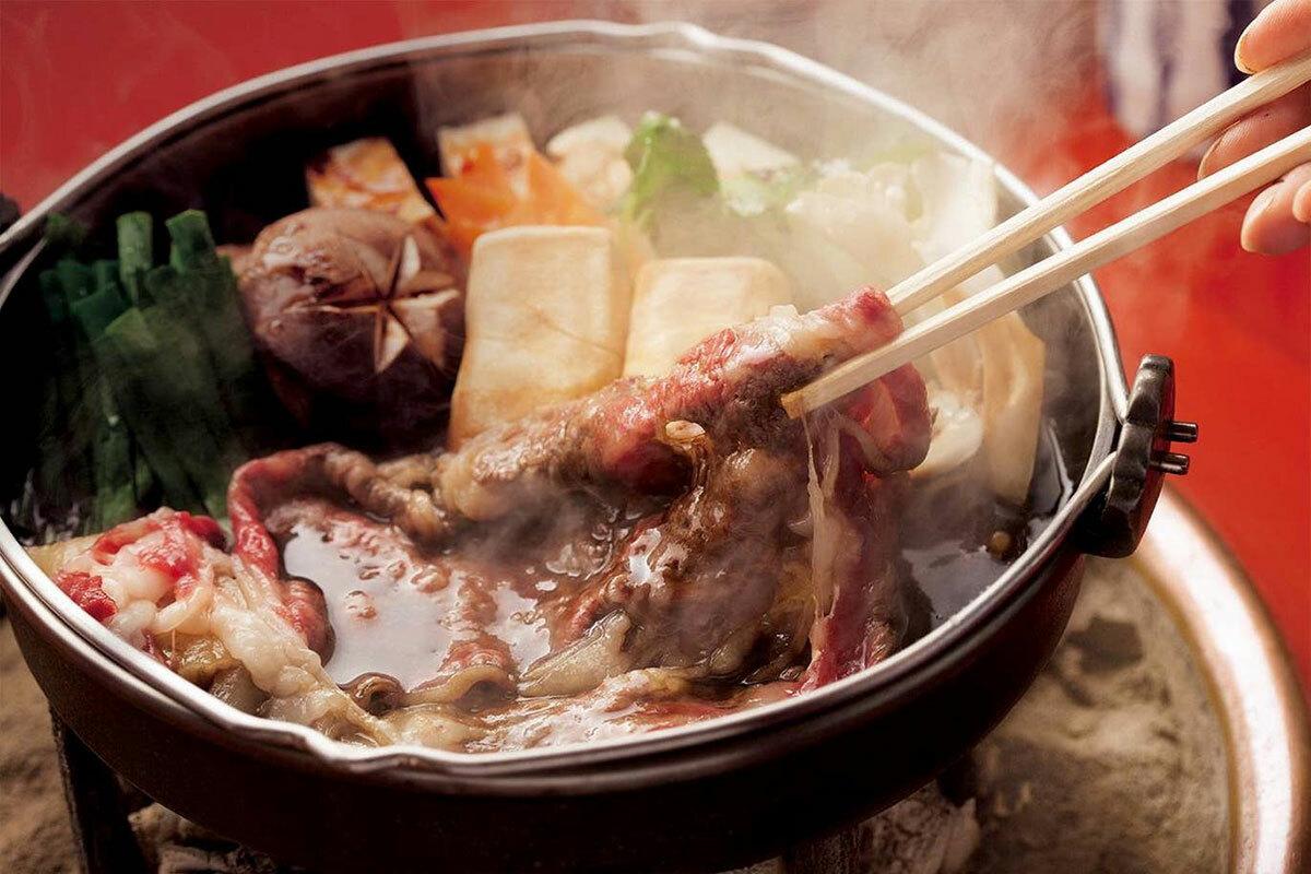 Sukiyaki là món lẩu nổi tiếng của Nhật, được dùng trong một nồi lẩu rất nông làm bằng hợp kim sắt. Nguyên liệu chính của lẩu sukiyaki là thịt bò cao cấp thái mỏng, nấm, đậu phụ, hành, mì shirataki... Ảnh: JNTO.