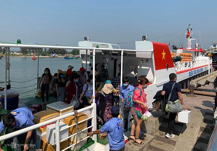 Du khách rời đảo Lý Sơn và khai báo y tế sáng 9/3. Ảnh: Phạm Linh.