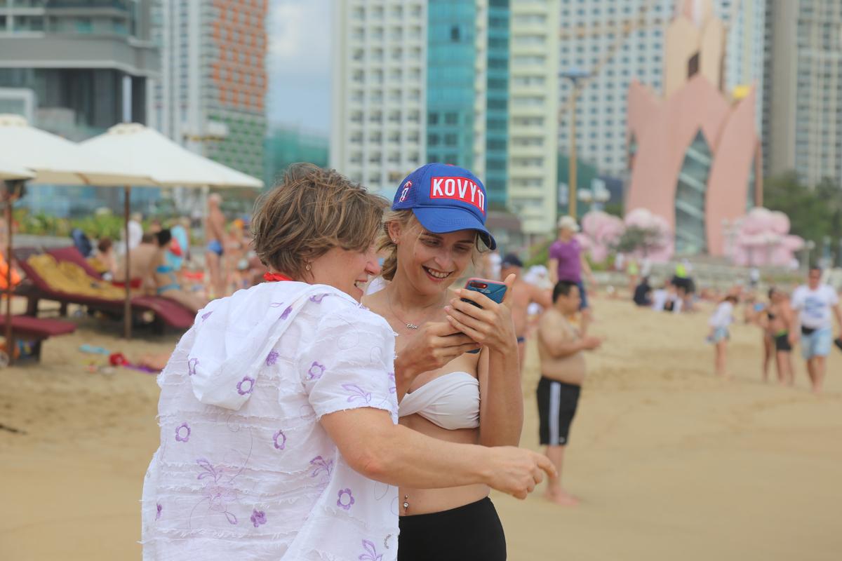 Du khách nước ngoài tại bãi biển Nha Trang (Khánh Hoà), tháng 2/2020. Ảnh:Xuân Ngọc