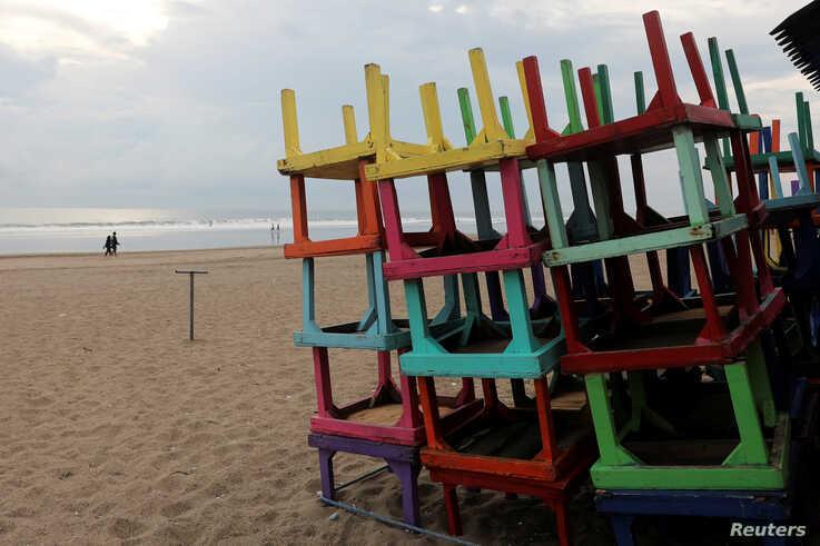 Hàng quán đóng cửa trên bãi biển Seminyak từ cuối tháng 3. Ảnh:Reuters.