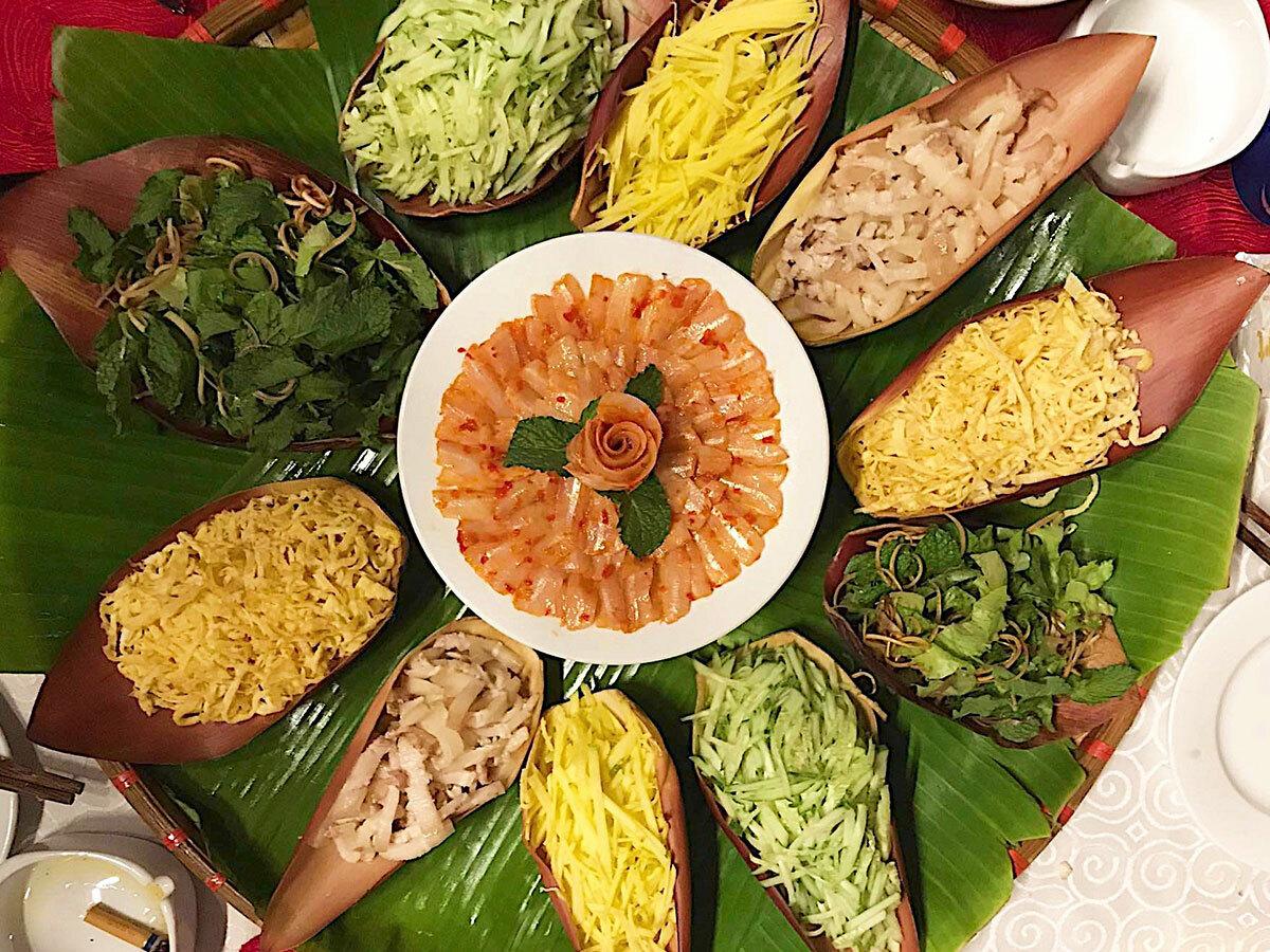 Người đầu bếp sẽ bày các nguyên liệu trên bắp chuối màu đỏ. Đây được ví như hình ảnh ẩn dụ của chiếc thuyền thúng bé nhỏ mà người làng chài thường dùng để lênh đênh trên biển. Ảnh: Ngân Dương.