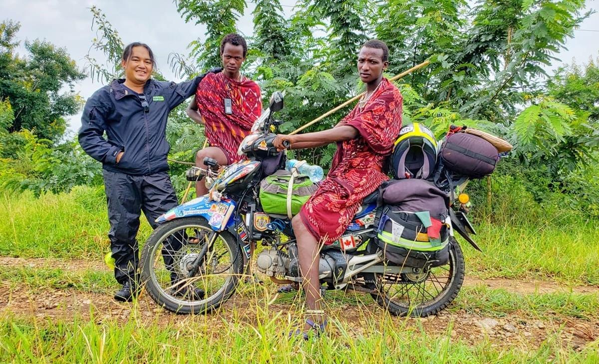 Đăng Khoa chụp ảnh tại thị trấn Morogoro, Tanzania. Tại đây, anh gặp khó khăn vì những cơn mưa đầu mùa. Ảnh: NVCC.