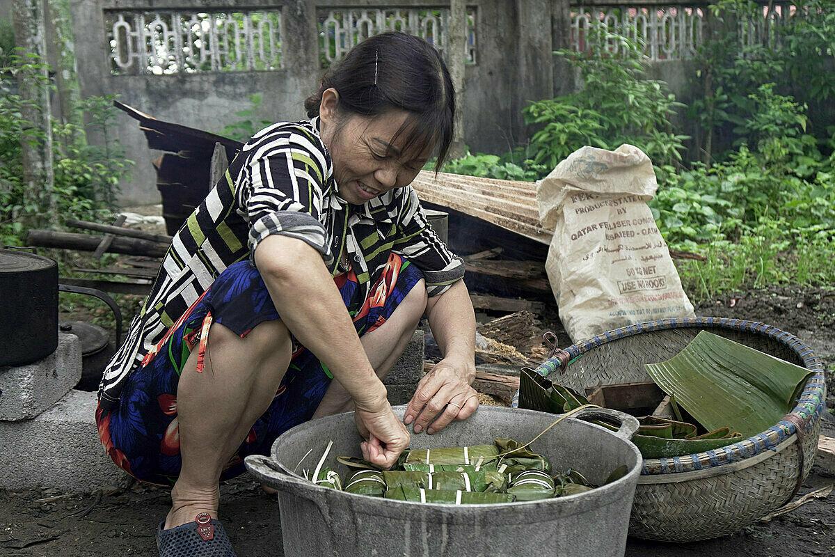 Mẹ Tùng, sau khi kiên quyết tự cách ly con trai, đã vui lòng thực hiện ý tưởng nấu bánh chưng đón tết Cô-vy. Ảnh: NVCC.