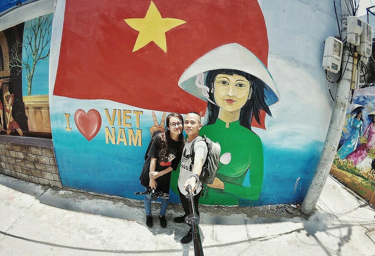 Hai vợ chồng Tùng thường xuyên cùng nhau đi quay phim trải nghiệm du lịch. Ảnh: NVCC.