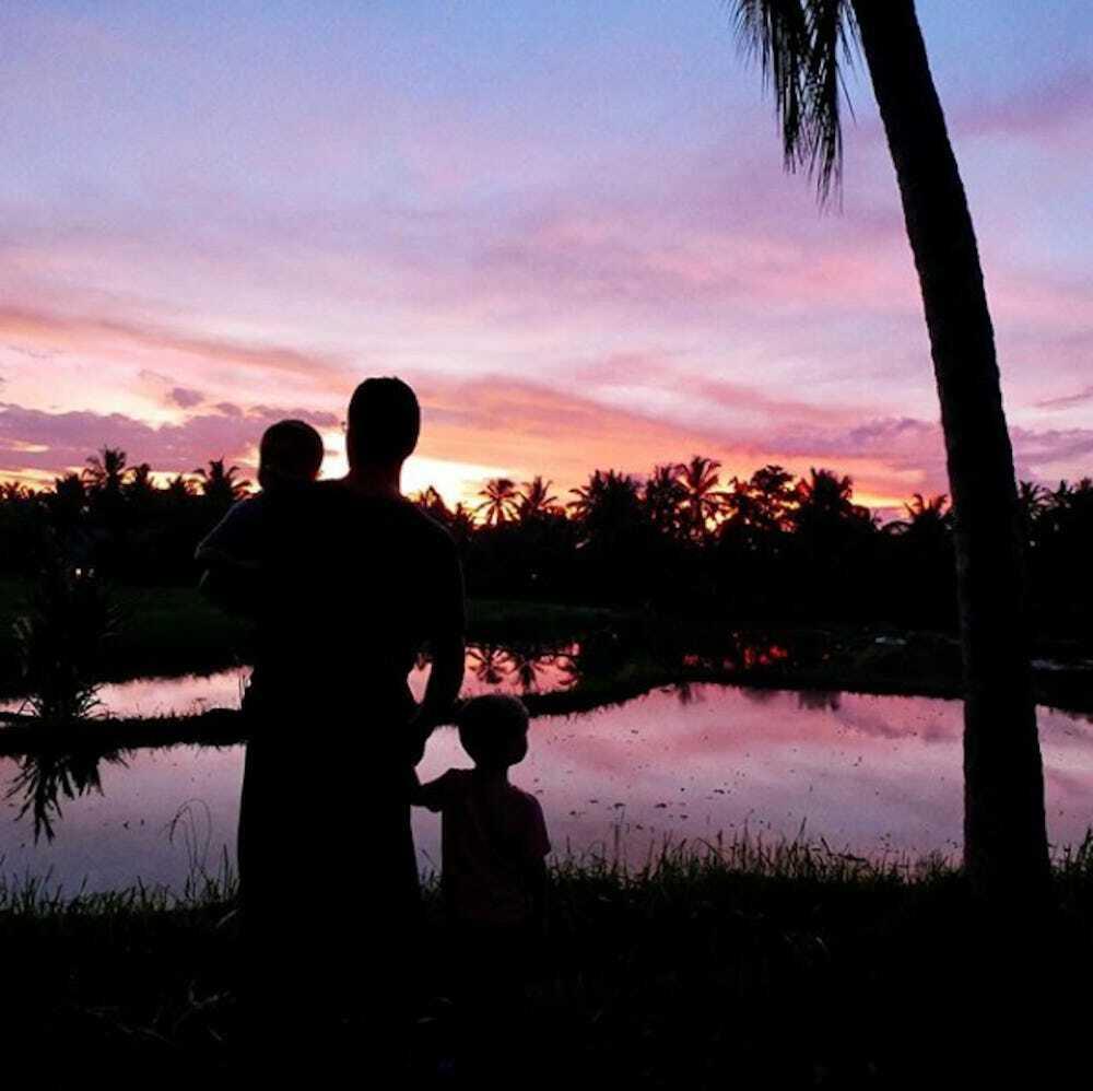 Hai vợ chồng sống trong một ngôi nhà tre biệt lập, gần rừng nên hai cậu con trai có thể nghe được âm thanh của thiên nhiên mọi lúc. Ảnh: Instagram.