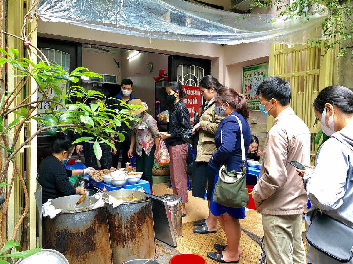 Khách xếp hàng mua mang về ở quán đặc sản bún chửi - bún ngan Nhàn vào 10h sáng 25/4. Ảnh: Ngân Dương.