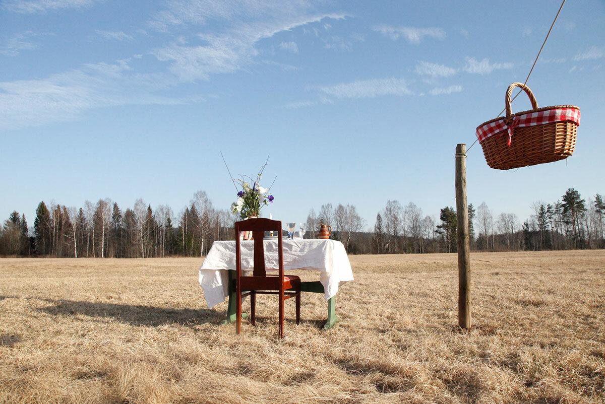 Các bữa ăn sẽ được chuyển đến bàn qua thông qua một giỏ mây và dây thừng nối từ cửa sổ nhà bếp. Ảnh: Food and Wine/LINDA KARLSSON.