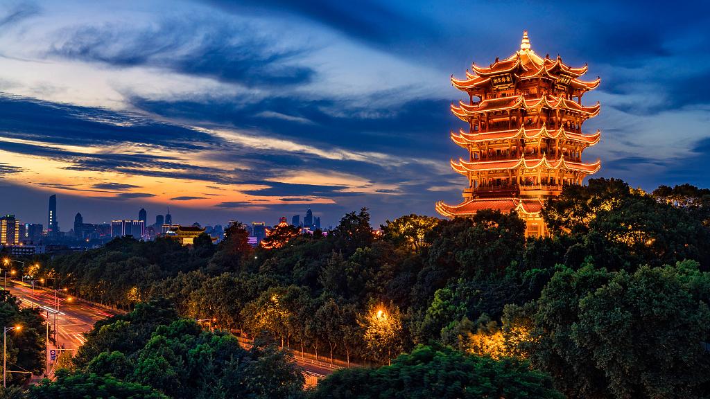 Hoàng Hạc lâu được xem là một trong Tứ đại danh lâu của Trung Quốc. Tòa tháp tọa trên trên vực đá Hoàng Hạc của núi Xà Sơn, bên bờ sông Dương Tử, thuộc thành phố Vũ Hán tỉnh Hồ Bắc. Ảnh:VCG.