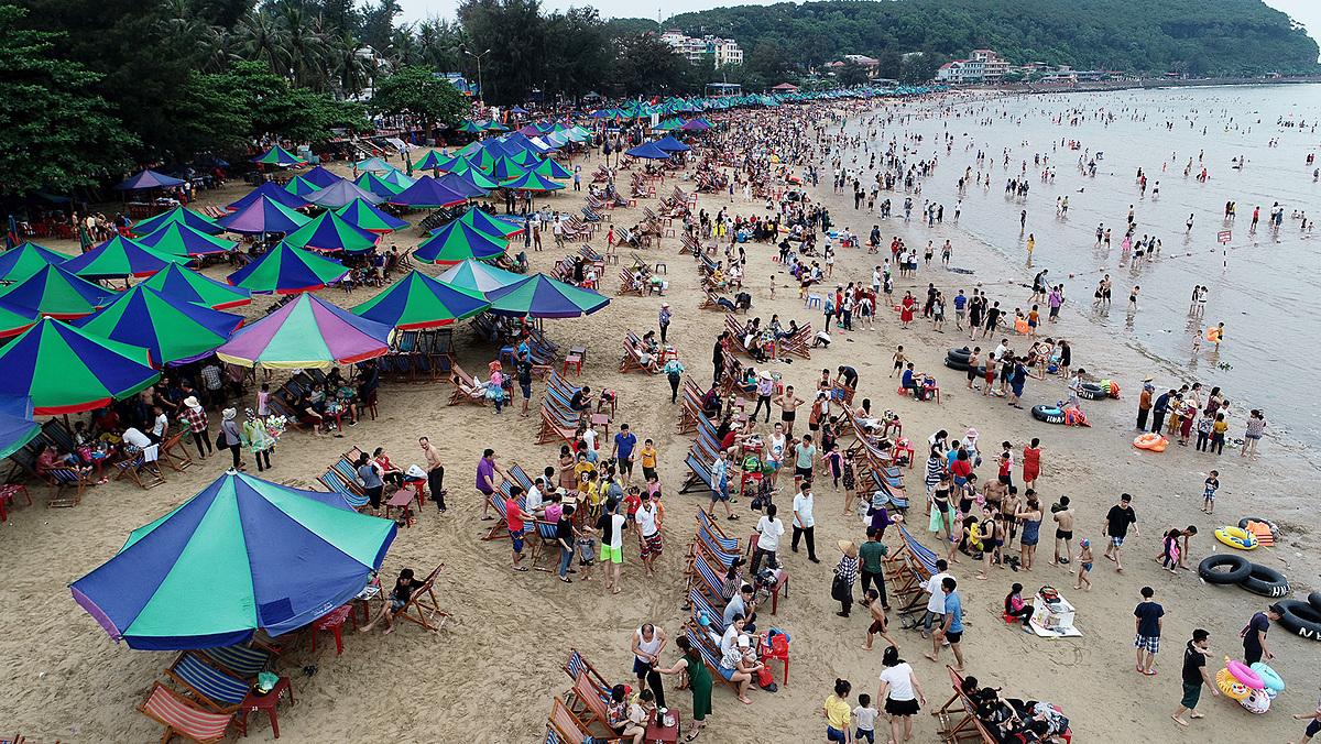 Bãi biển Đồ Sơn dịp lễ 30/4 năm ngoái. Tuy nhiên, năm nay, các bãi biển sẽ vắng du khách vì nhiều địa phương còn thực hiện lệnh cấm tắm biển. Ảnh: Giang Huy.