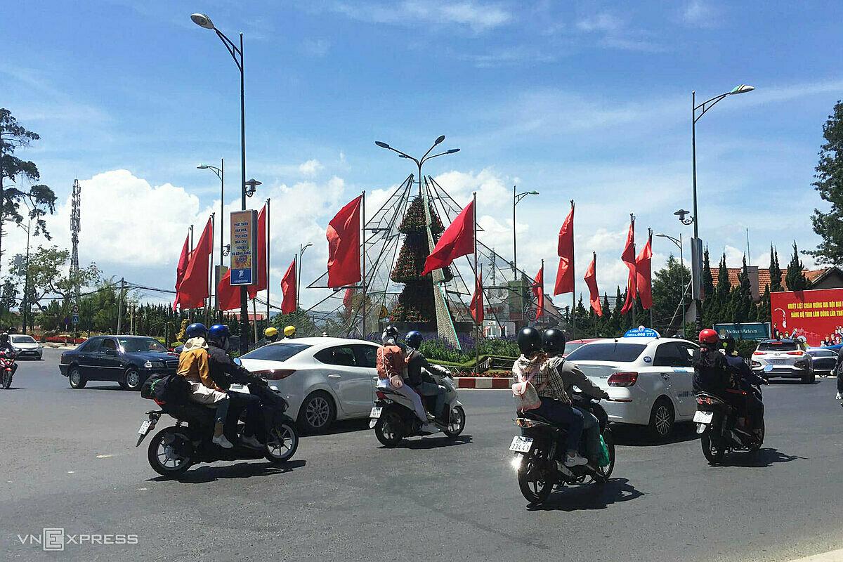 Du khách đến Đà Lạt hôm 30/4 chủ yếu bằng phương tiện cá nhân. Ảnh: Ngô Đồng.