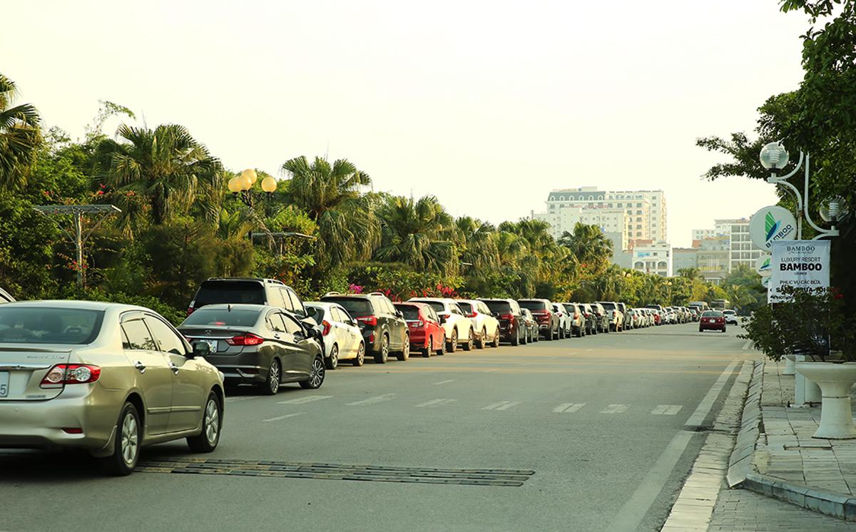 Sáng30/4, hàng trăm chiếc xe chở khách du lịch nối đuôi nhau trên con đường dẫn vào khu quần thể FLC Sầm Sơn cuối đường Hồ Xuân Hương. Khu đỗ xe của quần thể không còn chỗ trống sau khi hàng ngàn khách check in.