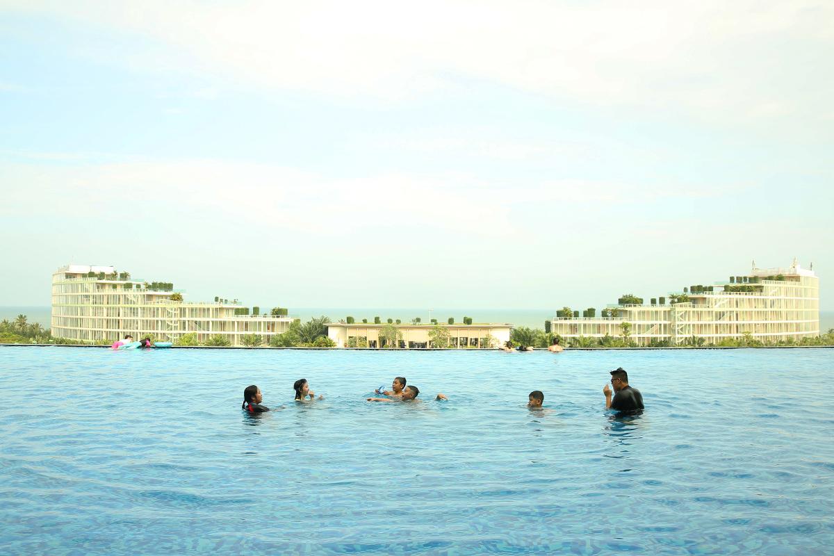 Những du khách nhí vẫy vùng trong hệ thống bể bơi nước mặn và bể bơi vô cực nổi tiếng của FLC Sầm Sơn trong ngày 30/4. Với hơn 150 bể bơi được xây dựng, đây cũng là khu quần thể được mệnh danh là resort sở hữu nhiều bể bơi nhất tại Việt Nam.