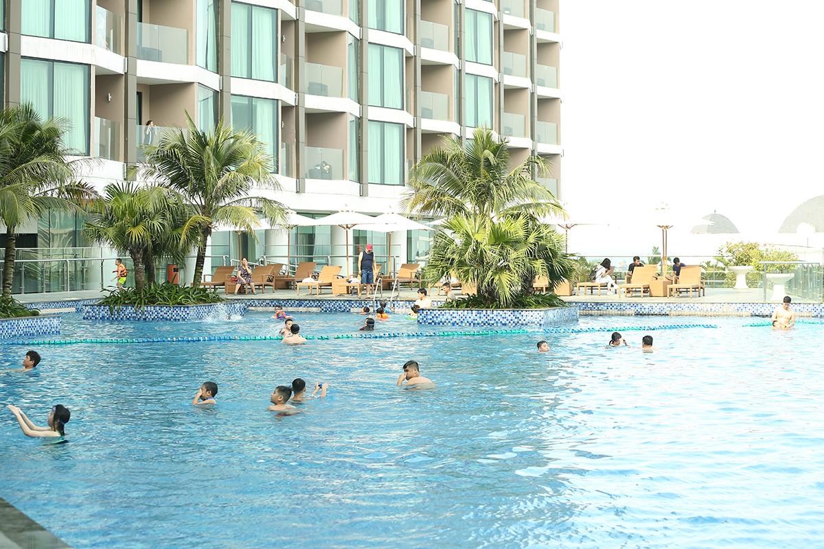 Du khách thoải mái vui chơi trong hệ thống bể bơi nước mặn và bể bơi vô cực nổi tiếng của FLC Sầm Sơn. Với hơn 150 bể bơi được xây dựng, đây cũng là một trong những khu quần thể được mệnh danh là resort sở hữu nhiều bể bơi nhất tại Việt Nam.