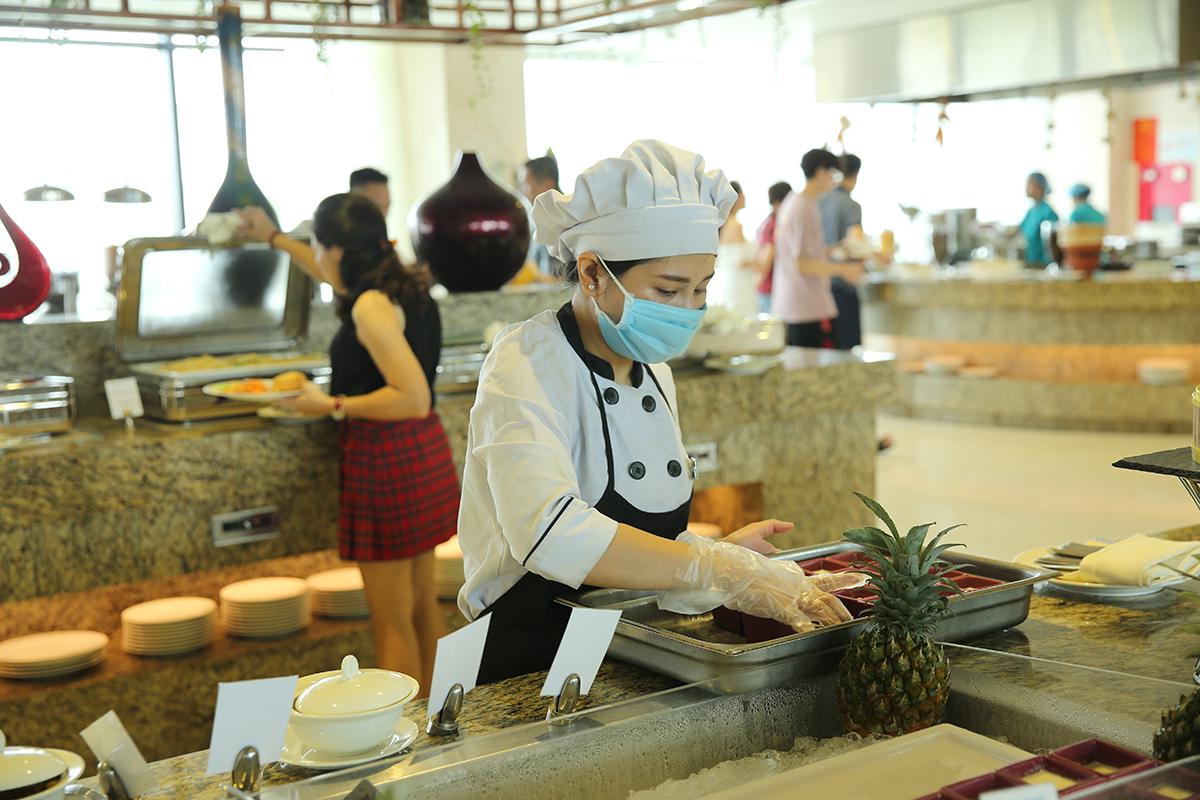 Ngoài 8 nhà hàng với phong cách ẩm thực đa dạng, khách lưu trú tại villa có thể đặt phục vụ riêng nếu thích sự riêng tư và thoải mái cho gia đình.