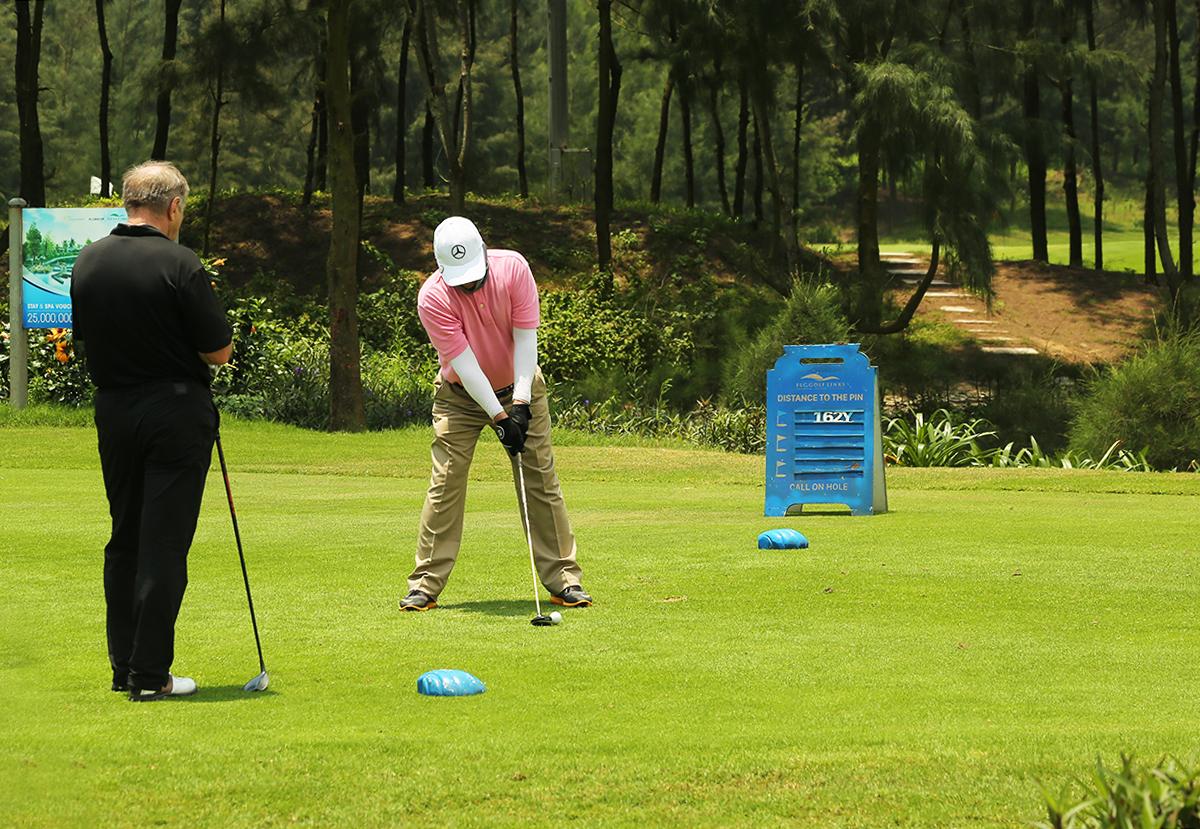 Thời tiết trong kỳ nghỉ lễ khá thuận lợi cho các golfer tranh tài sau thời gian giãn cách.Các biện pháp phòng dịch tại FLC Sầm Sơn được tăng cường như vệ sinh, khử khuẩn, đảm bảo việc giãn cách hợp lý, chuẩn bị sẵn sàng các hỗ trợ y tế cần thiết nhằm đảm bảo an toàn ở mức cao nhất cho du khách cũng như toàn thể cán bộ, nhân viên, quản lý tại FLC Sầm Sơn cho hay.