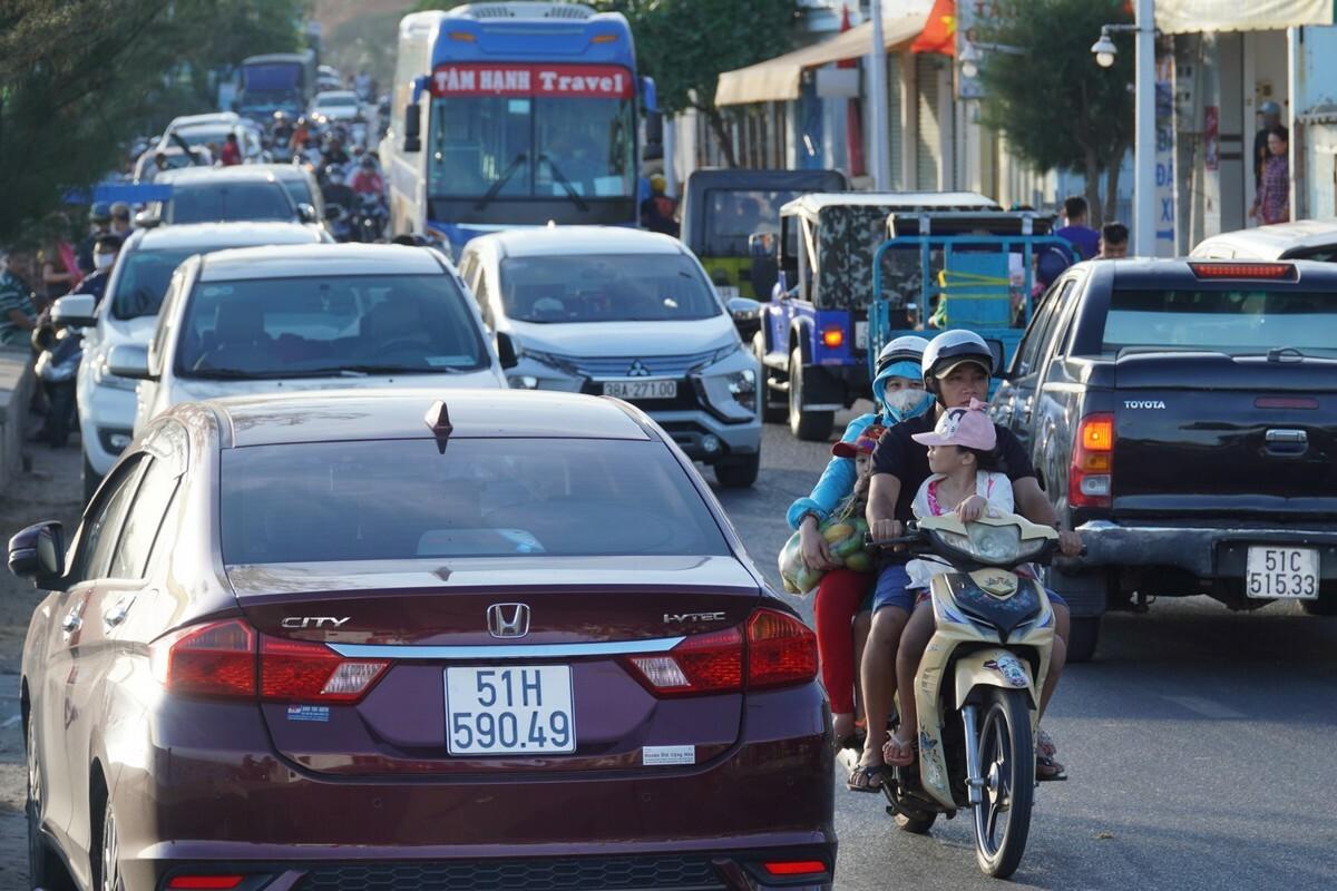 Đường Huỳnh Thúc Kháng đoạn qua làng chài Mũi Né đông nghẹt xe, chiều 30/4. Ảnh: Việt Quốc.