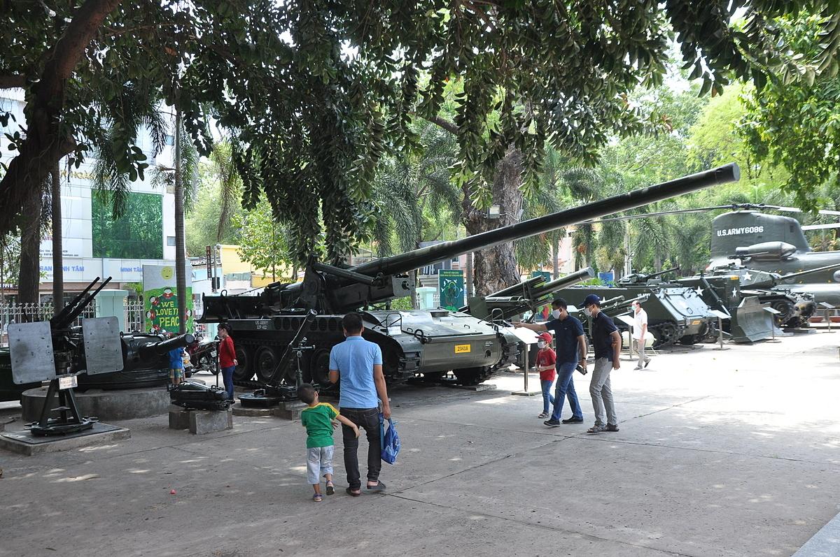 Bảo tàng chứng tích chiến tranh là một trong những điểm đến thu hút khách quốc tế khi tới TP HCM. Tuy nhiên, do ảnh hưởng của dịch bệnh, khách quốc tế đến TP HCM cũng giảm. Dịp Lễ 30/4 năm nay, lượng khách nội địa đến than quan Bảo tàng cũng không nhiều. Trong ảnh là nhóm du khách Việt Nam đang tham quan Bảo tàng trưa ngày 2/5. Ảnh: Nguyễn Nam.