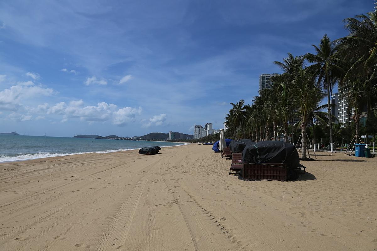 Bãi biển Nha Trang hoàn toàn vắng bóng du khách trong ngày nghỉ lễ. Ảnh: Xuân Ngọc.
