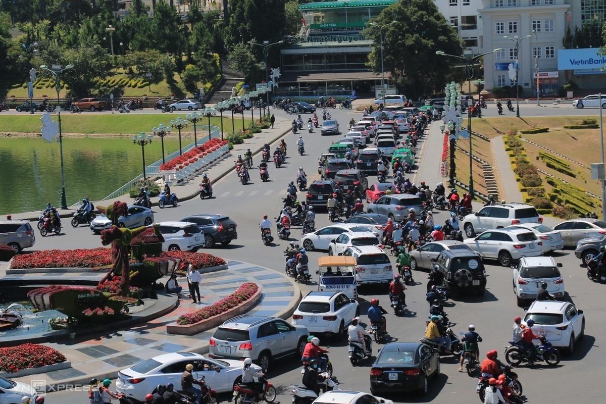 Giao thông tại Đà Lạt, Lâm Đồng thông thoáng hơn vì không xuất hiện nhiều xe khách cỡ lớn. Khách chủ yếu chọn phương tiện cá nhân, taxi để di chuyển. Ảnh:Khánh Hương.