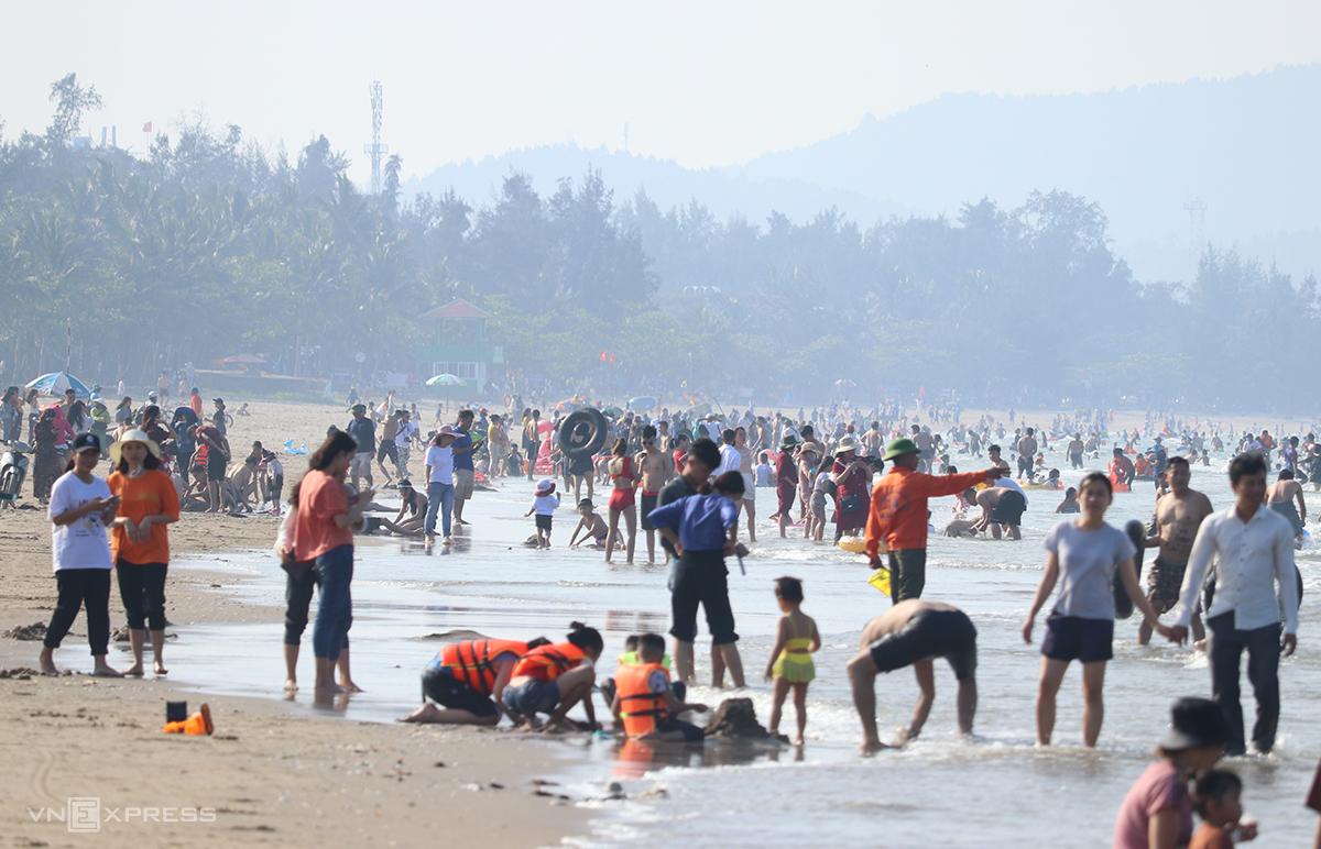 Ước tính khoảng 12.000 lượt khách về biển Cửa Lò, Nghệ An trong ngày 30/4, trong số này chỉ 2.000 khách lưu trú, số còn lại là khách nội địa của tỉnh. Ảnh:Nguyễn Hải.