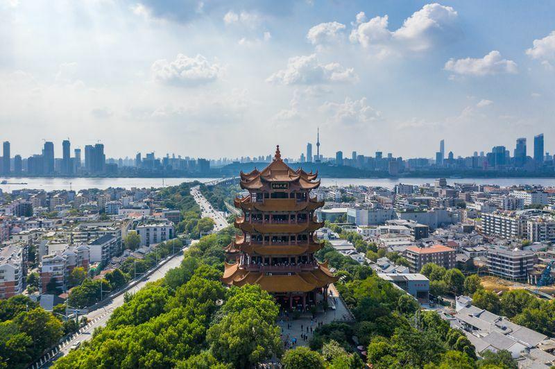 Thần Nông Giá (khu vực rừng rộng 3.253 km2, nơi được UNESCO công nhận là Di sản thế giới năm 2016 và có Vườn quốc gia Thần Nông Giá, thuộc tỉnh Hồ Bắc) và Tháp Cẩuvàng ở Vũ Hán cũng nằm trong top 20 điểm du lịch hấp dẫn, theo kết quả khảo sát. Ảnh: Shutterstock.