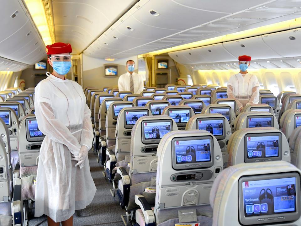 Emirates cũng trang bị một lớp áo trùm bảo vệ dùng một lần cho tiếp viên mặc bên ngoài đồng phục truyền thống. Ngoài ra, tiếp viên được phép đeo găng tay, khẩu trang và kính bảo hộ. Hãng bay có trụ sở tại Dubai dự kiến thực hiện các chuyến bay đến Frankfurt (Đức), London (Anh), Manila (Philippines), Sao Paulo (Brazil) và Thượng Hải (Trung Quốc) để đưa công dân các nước hồi hương vào tháng 5. Ảnh:Emirates.