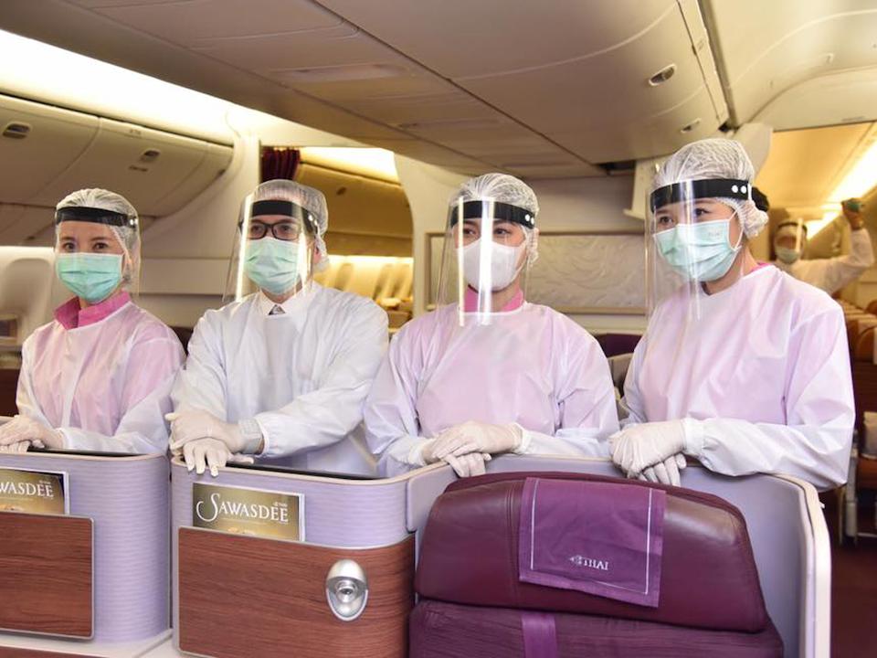 Dù chưa kết hợp với nhà thiết kế chuyên nghiệp nào, những hãng hàng không khác cũng trang bị đồ bảo hộ cho tiếp viên. Trên ảnh là phi hành đoàn Thai Airways. Ảnh:Thai Airways.