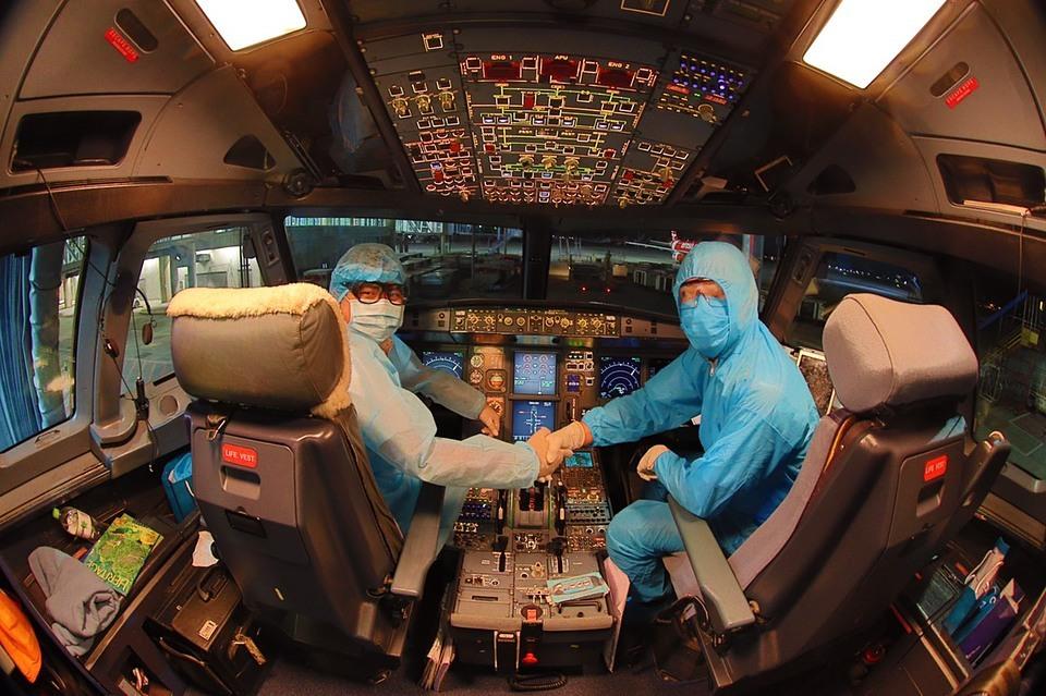 Dù không trực tiếp tiếp xúc với hành khách, những phi công của Vietnam Airlines cũng được trang bị đồ bảo hộ kín từ đầu đến chân. Hiện hãng hàng không quốc gia Việt Nam triển khai nhiều đường bay nội địa với mức khuyến mại hấp dẫn cho mùa du lịch hè 2020. Ảnh:VNA.