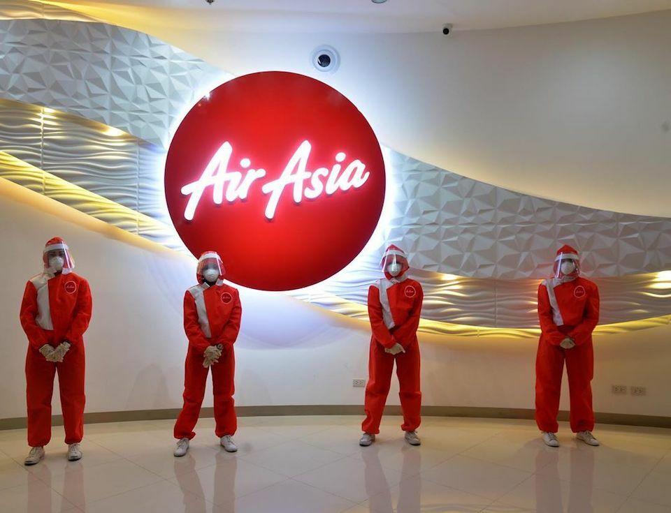 Hãng hàng không giá rẻ AirAsia đã mời nhà thiết kế thời trang người Philippines, Puey Quiñones, cho ra đời một bộ đồng phục tích hợp với thiết bị bảo vệ cá nhân dành cho phi hành đoàn. Bộ đồ hoàn toàn trái ngược với đồng phục truyền thống của AirAsia và sẽ chỉ được mặc trên các chuyến bay cứu hộ, theo CEO Tony Fernandes. Ảnh:Puey Quiñones.