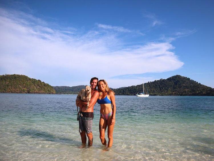 Điều cả hai cảm thấy may mắn là vẫn được phép tới một bãi biển gần nơi neo thuyền để đi bộ, bơi và chơi với chó cưng Marley. Ảnh:Sailing Nandji/Insider.