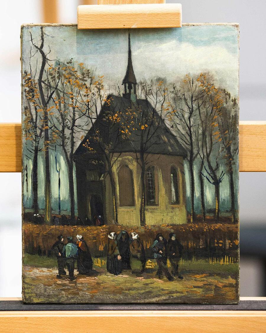 BứcCongregation Leaving the Reformed Church in Nuenen là món quà danh họa giành tặng mẹ mình. Ông vẽ lại khung cảnh nhà thờ nơi cha của họa sĩ đang làm mục sư. Ảnh:Jeroen Jumelet/AFP.