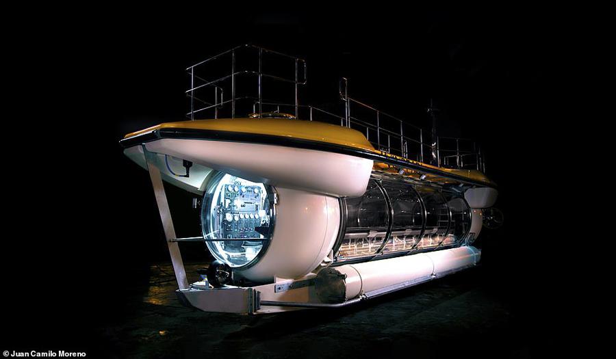 Tàu ngầm DeepView24 chở tới24 hành khách, có thể lặn tới độ sâutới 100m, mang tới du khách trải nghiệm tầm nhìn đẹp nhờ cửa sổ panaroma góc rộng. Tàu ngầm vô cực này cũngtrang bị hệ thống điều hoà không khí hiện đại, thẩm mỹ dọc theo khoang nội thất với chiều dài 15,4m.
