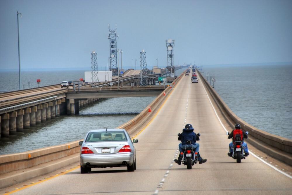 Phí cầu đường được thu ở bờ phía bắc đối với phương tiện xuất phát từ phía nam. Phí tiêu chuẩn cho ôtô là 5 USD tiền mặt, và 3 USD với hệ thống thu phí điện tử. Ảnh:Giovanni Gagliardi.