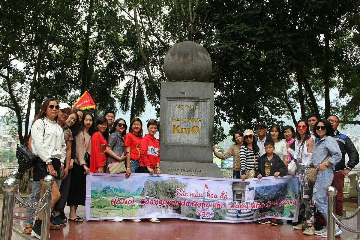 Bộ VHTTDLphát động chương trình Người Việt Nam đi du lịch Việt Nam; yêu cầu sự vào cuộc tích cực của các địa phương, doanh nghiệp... để người dân đi đến các vùng miền trong cả nước. Trong ảnh: Nhóm du khách chụp ảnh lưu niệm tại cột mốc Km 0 tại tỉnh Hà Giang. Ảnh: Văn Tùng.