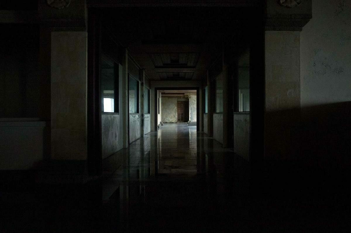 Những hành lang dài, tối và vắng vẻ khiến không ít vị khách ghé thăm phải rùng mình, hoặc phải đi theo đám đông mới dám đặt chân tới. Ảnh:Atlasobscura.