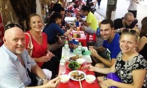 Khách Tây khám phá ẩm thực đường phố Hà Nội