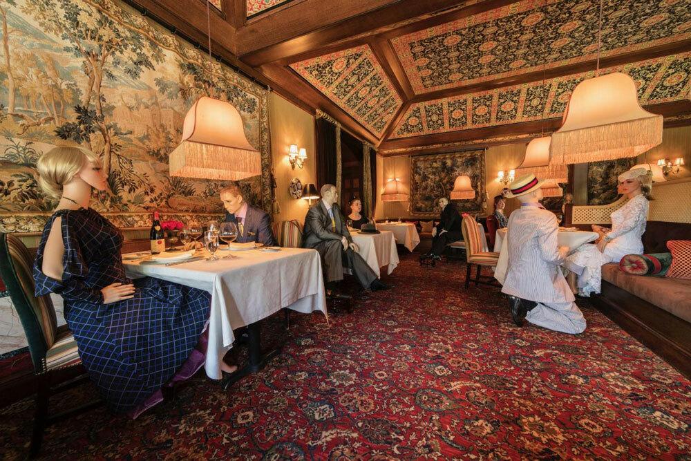 Ông Patrick OConnell, chủ nhà hàng đã có ý tưởng đặt những hình nộm ngồi vào chỗ trống, để khách hàng không cảm thấy vắng vẻ. Ảnh:The Inn at Little Washington.