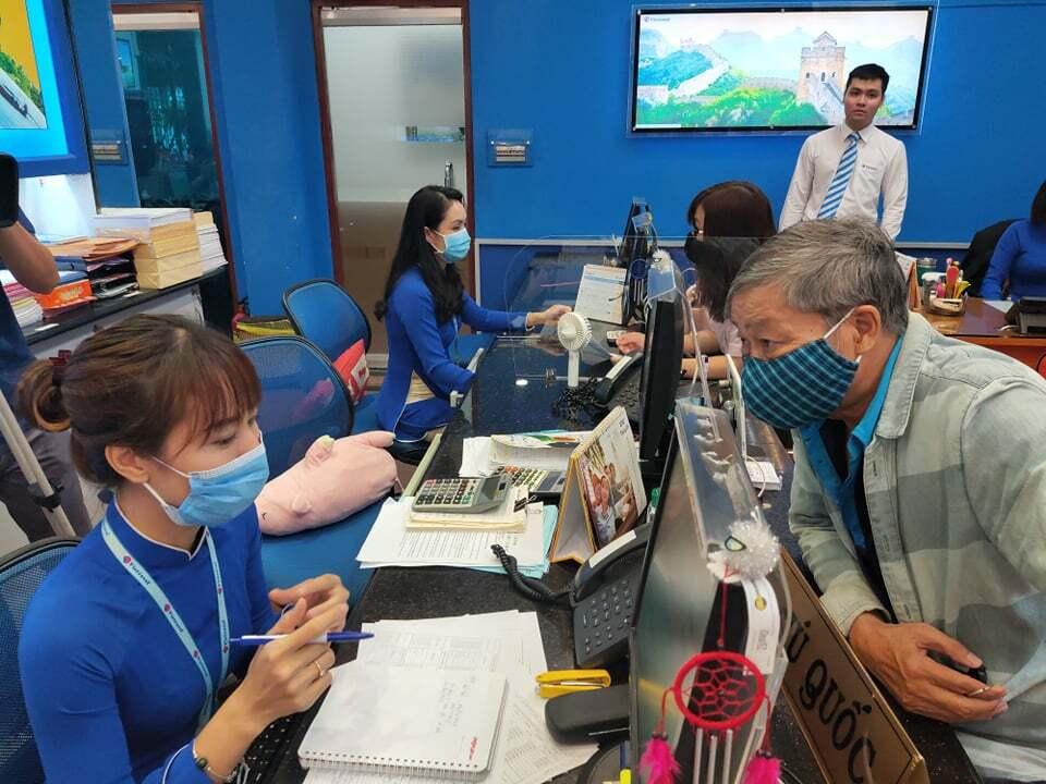 Du khách trong nước tìm hiểu mua tour nội địa tại Vietravel vào sáng 13/5. Sau Covid-19, nhiều hãng lữ hành tập trung vào nguồn khách nội địa với giá tour giảm sâu. Ảnh: Nguyễn Nam.