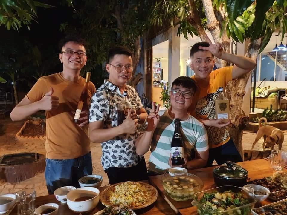 Nhóm bạn tổ chức tiệc nướng BBQ trong vườn. Ảnh: NVCC.