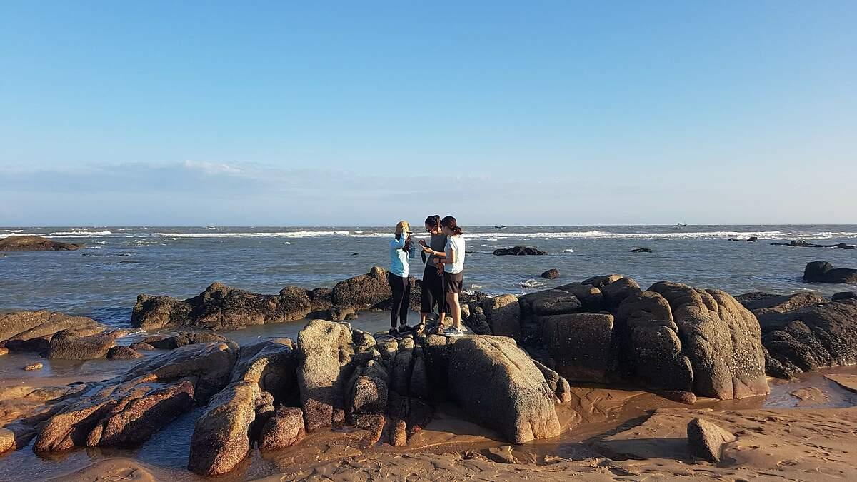 Biển Hồ Cốc là nơi còn hoang sơ thu hút nhiều khách Tây đi phượt đến đây tắm biển. Ảnh: NVCC.