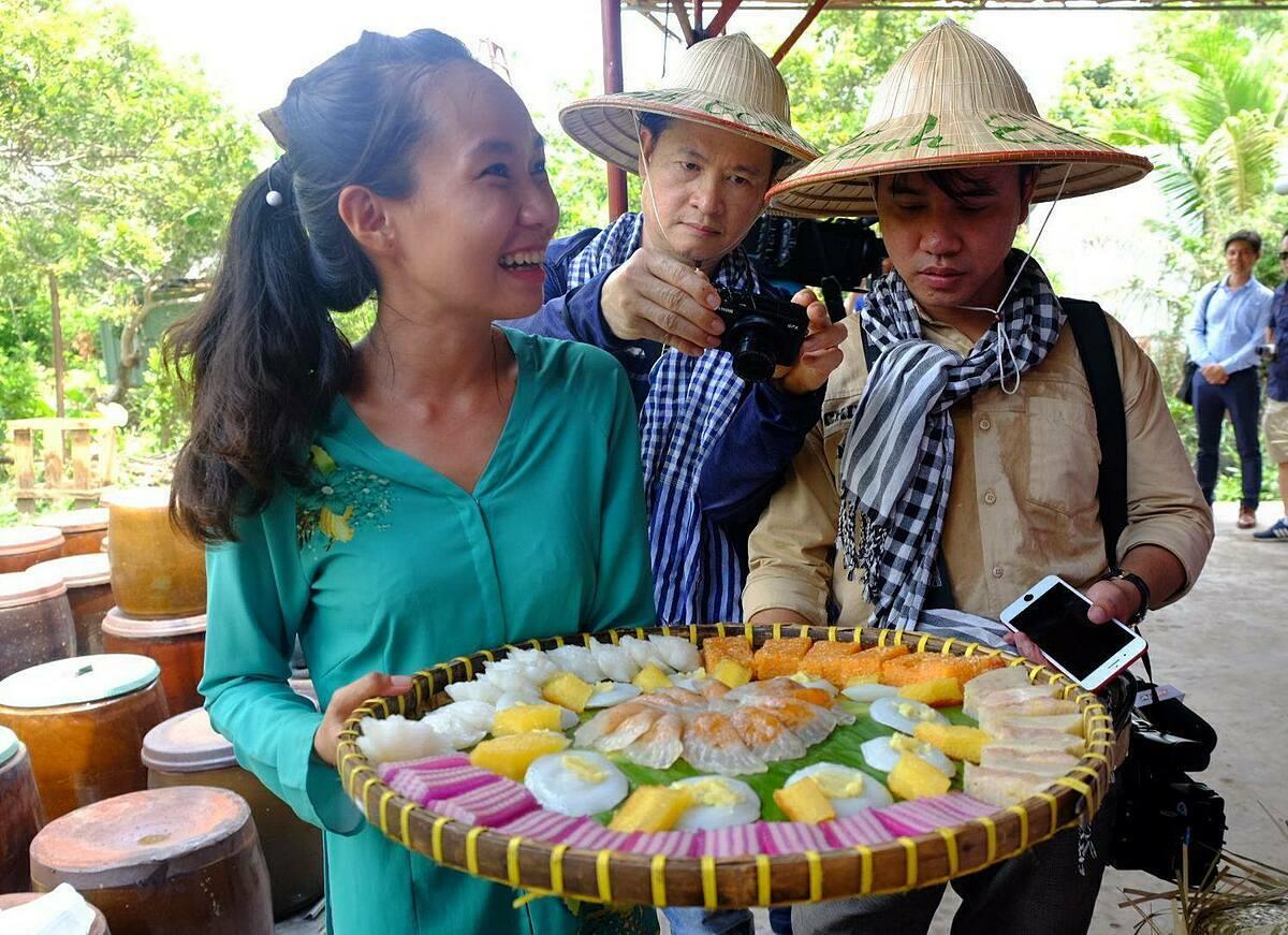 Trong 7 tháng cuối năm, ngành du lịch đặt mục tiêu doanh thu từ thị trường nội địa chiếm 95%. Trong ảnh, khách tìm hiểu ẩm thực miền Tây trong một chương trình diễn ra giữa tháng 5. Ảnh: Khánh Trần.