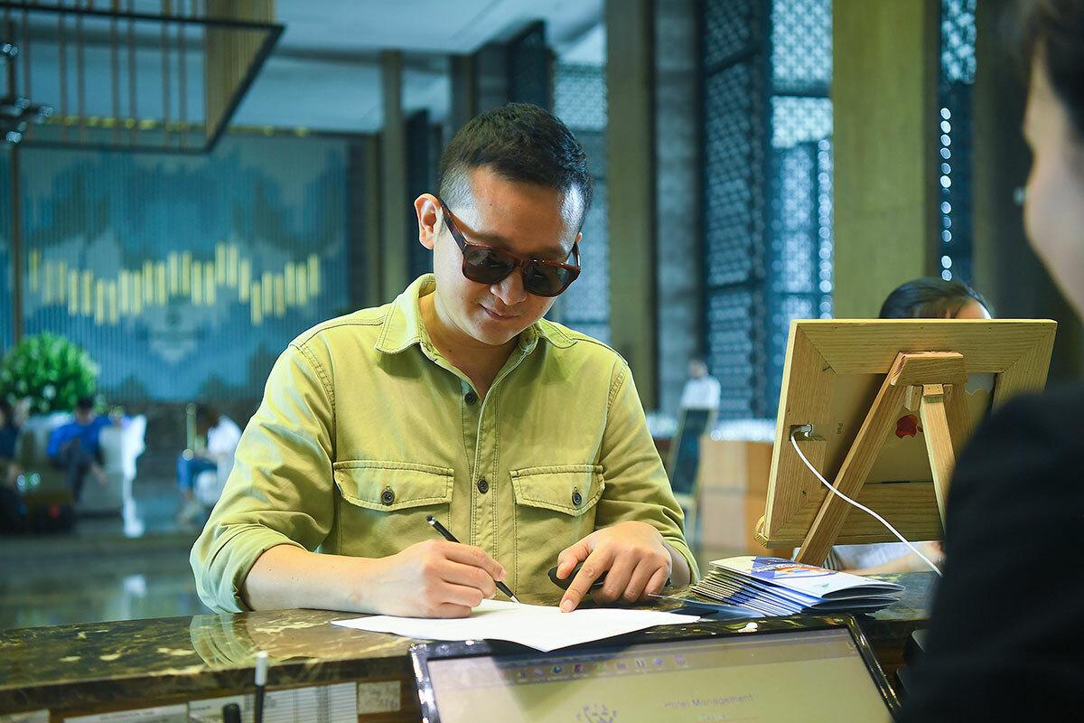 Travel blogger Quang Quick (tên thật:Nguyễn Hồng Quang) check-in tại FLC Sầm Sơn từ sớm.Anhchiasẻthời điểm dịch bệnh bùng phát, bản thân khábức bối nên ngay sau ngày hết giãn cách, anh quyết địnhtham gia hội nghịđể tìm lại sự hứng khởi với những điểm đến trong nước vốn thân quen.