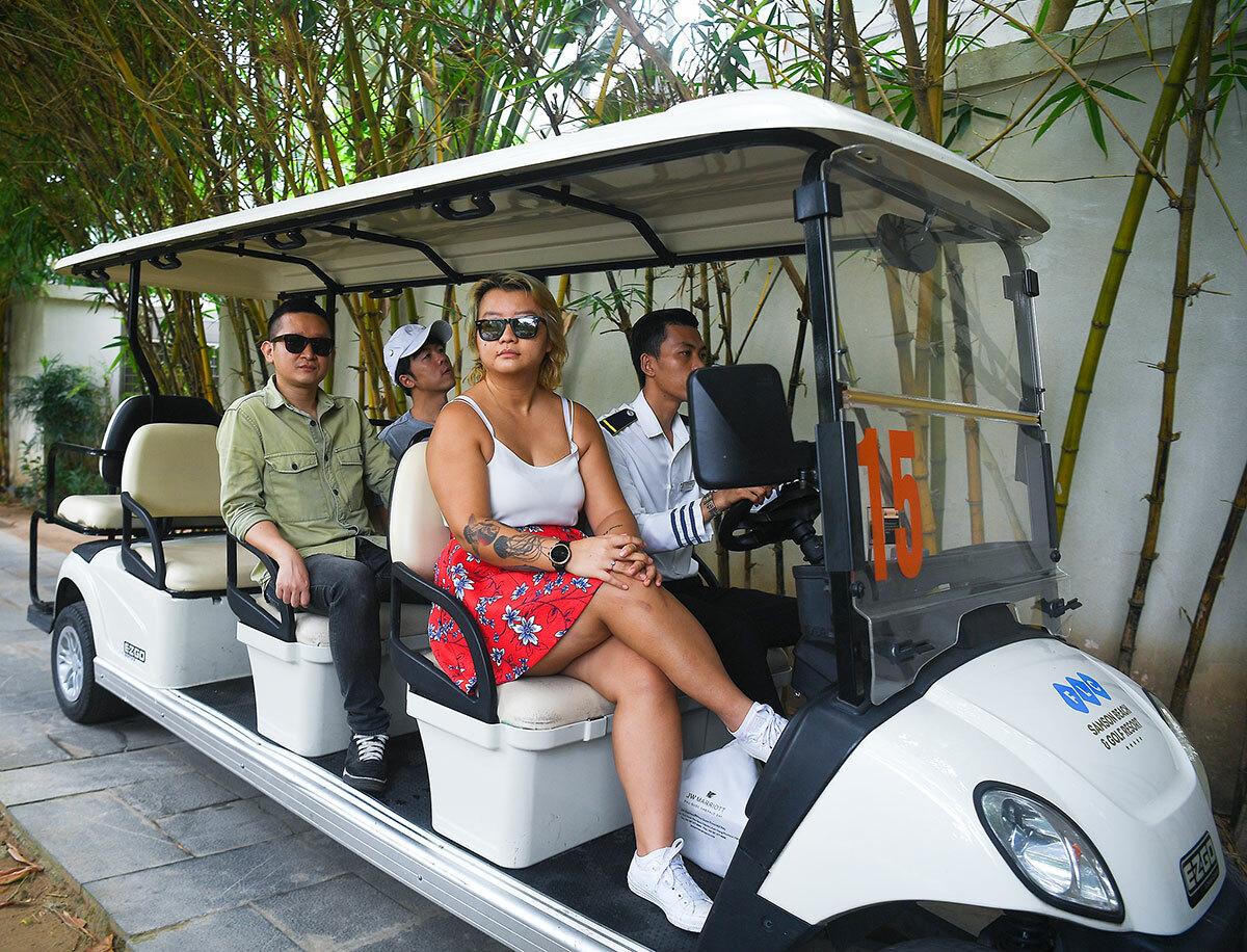 8 nhà hàng, 2 khu spa, sân golf, 2 khách sạn 5 sao và hệ thống villa sân vườn trên diện tích hơn 200 ha đủ không gian cho du khách nghỉ dưỡng thoải mái.   FLC Sầm Sơn có hệ thống tiện ích đa dạng được bố trí rộng rãi, thoáng đãng. Khu quần thể sở hữu hơn 150 bể bơi, 8 nhà hàng, 2 khu spa, sân golf, 2 khách sạn 5 sao và hệ thống villa sân vườn trên diện tích hơn 200 ha đủ không gian cho du khách nghỉ dưỡng thoải mái.Ngoài 8 nhà hàng lớn được vận hành, quần thể cũng bố trí phục vụ riêng cho khách lưu trú tại villa nếu khách có nhu cầu. Điều này vừa giúp du khách tận hưởng sự riêng tư, đồng thời góp phần giảm mật độ khách tập trung tại các khu vực ẩm thực.
