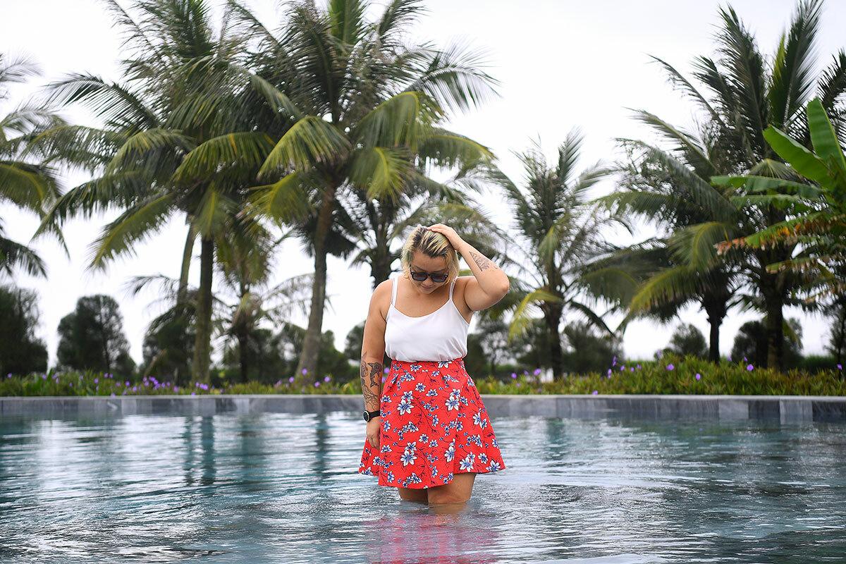 Travel blogger Đinh Hằng thích thú vầy nước tại bể bơi.Khu quần thể rộng lớn nàysở hữu hơn 150 bể bơi, trong đó nổi bật là hồ bơi nước mặn và vô cực. FLC Sầm Sơn là một trong những resort sở hữu nhiều bể bơi nhất tại Việt Nam.