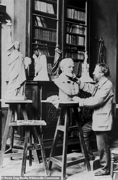 Frédéric-Auguste Bartholdi, nhà điêu khắc Pháp, thiết kế bức tượng Nữ thần Tự do trong xưởng của mình. Ảnh:News Dog Media.